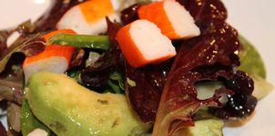 Ensalada de aguacate y palito de cangrejo