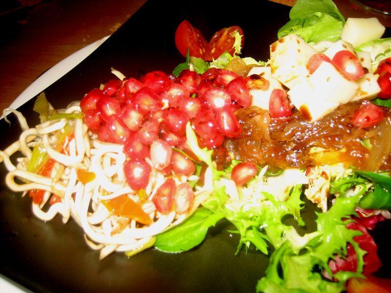 Ensalada de gulas con vinagreta de granada