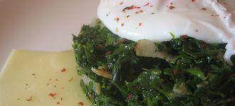 Huevos escalfados con espinacas y queso