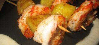 Brochetas de langostinos y piña en salsa de coco