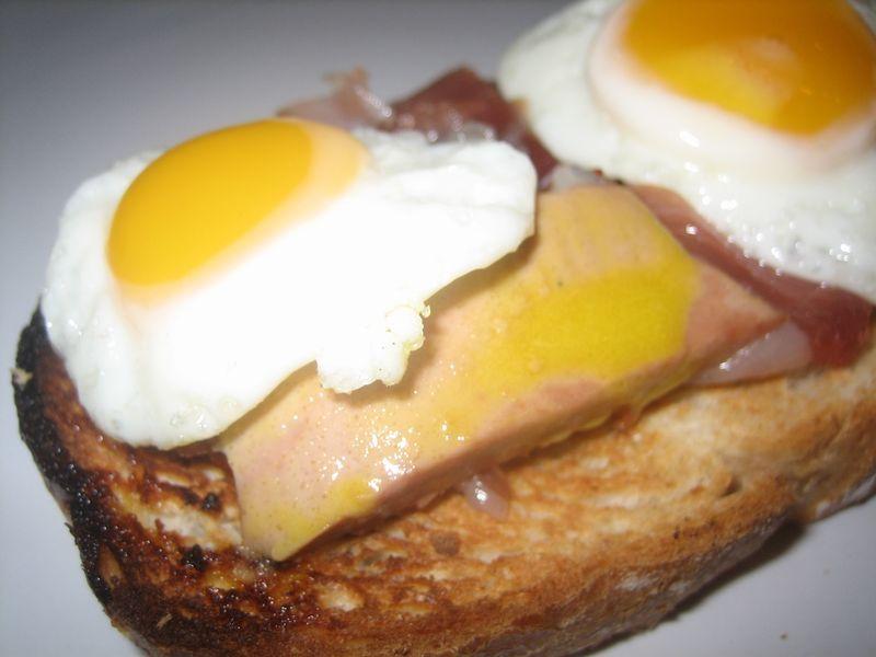 Montaditos de foie y huevos de codorniz