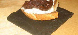 Montadito de tomate, queso y paté de olivas negras