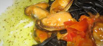 Pasta negra con mejillones al albariño
