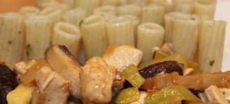 Pasta negra con verduras y soja