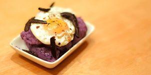 Patata morada y huevo de codorniz al ajo negro con trufa