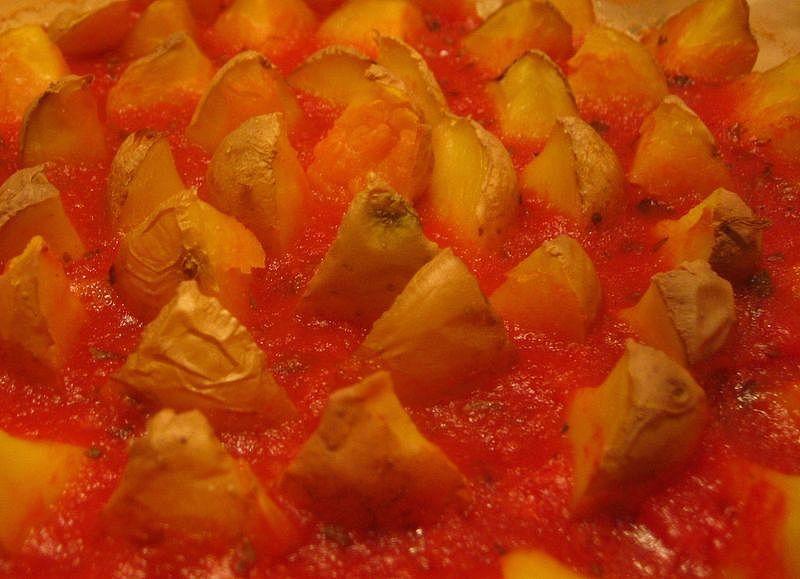 Patatas en cama de tomates