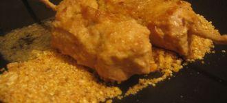 Brochetas de pollo al estilo thai sobre cama de kikos