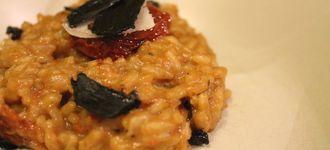 Risotto de tomate seco y ajo negro