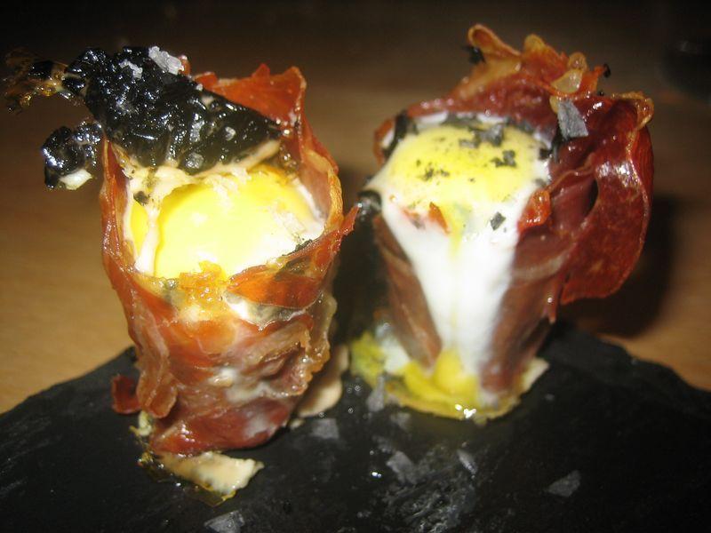 Rollitos de jamón serrano, setas y huevo de codoniz