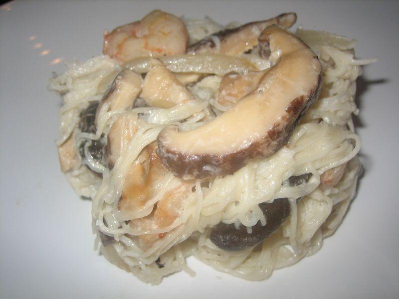 Tallarines con shitake y salsa de coco picante