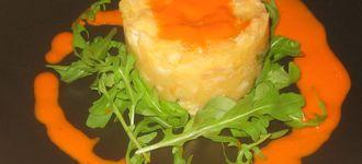 Timbal de patata y bacalao en salsa de piquillos